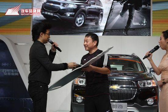 汪峰为第一位新科帕奇车主交付钥匙